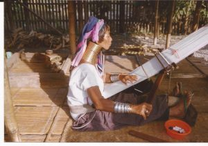 Mujer girafa, tejiendo
