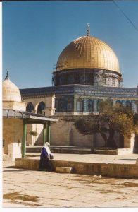 La cúpula de la Roca, mujer árabe ante la  Cúpula (FILEminimizer)